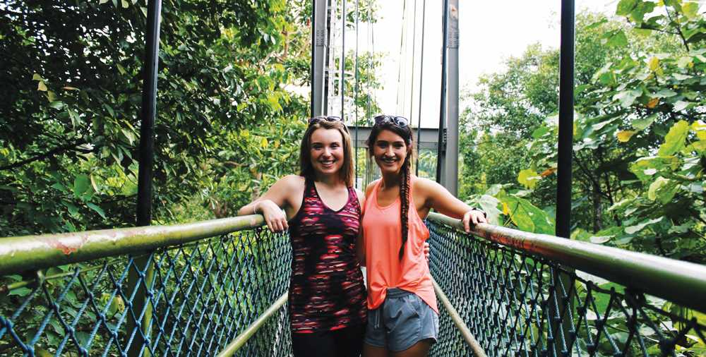 Jenna Lemieux ('17) and Mollie Mickelson ('17) in Singapore.