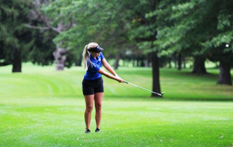 Riley Bartlett ('23) chips the ball towards the green.